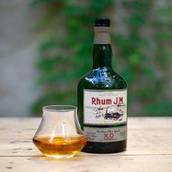 bouteille de rhum jm xo avec verre de dégustation
